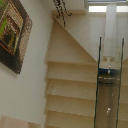 מדרגות שיש לפנים